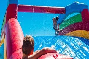 Wasserrutschen sind im Sommer auf jedem Fest das Highlight!