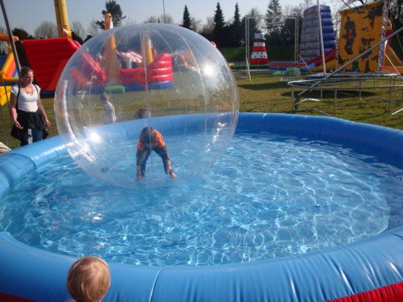 Kind in einer Wasserspielblase